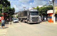 Carreta quebra e interdita parte da principal avenida de Barra de São Francisco
