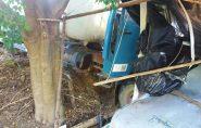 Caminhão desgovernado destrói poste e bate em carro, em Águia Branca