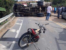 Caminhão caçamba do Alves Material de Construção tomba em curva próximo ao pesque e pague, em Barra de São Francisco