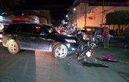 Acidente entre carro e moto interdita avenida no centro de Barra de São Francisco
