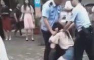 Chinesa leva fora e morde língua do ex para ele não ir embora