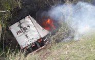 Carreta-baú pega fogo e motorista morre carbonizado na Barra