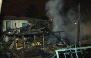 ES: incêndio destrói quatro casas de madeira em Cariacica