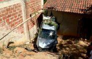 Motorista perde o controle de carro e bate na parede de casa em Colatina
