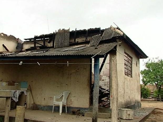 casa_incendiada_03_04d8b18b6c