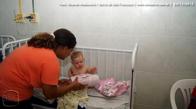 SiteBarra - papai noel no hospital dra rita de cassia barra de sao francisco (24)