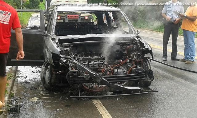 SiteBarra carro pega fogo em barra de sao francisco (12)