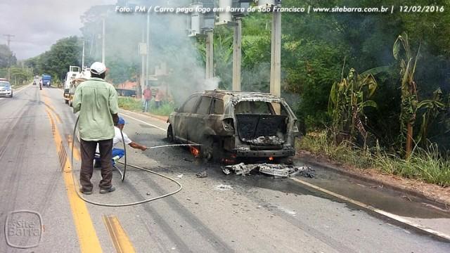 SiteBarra carro pega fogo em barra de sao francisco (5)