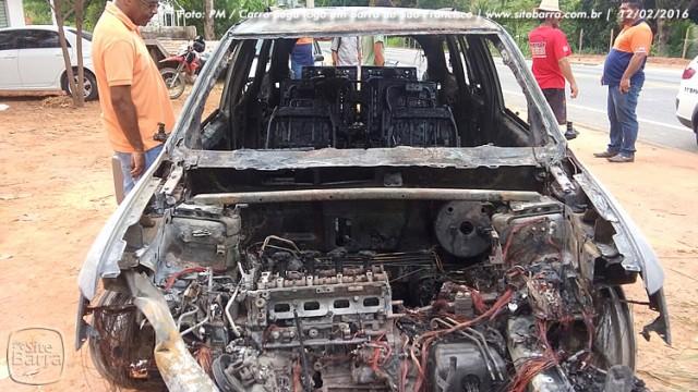 SiteBarra carro pega fogo em barra de sao francisco (6)