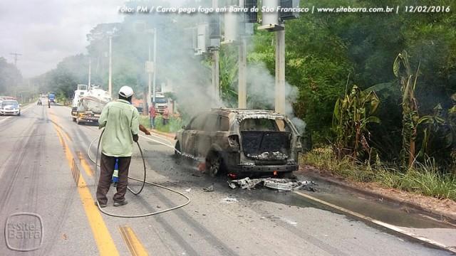 SiteBarra carro pega fogo em barra de sao francisco (7)