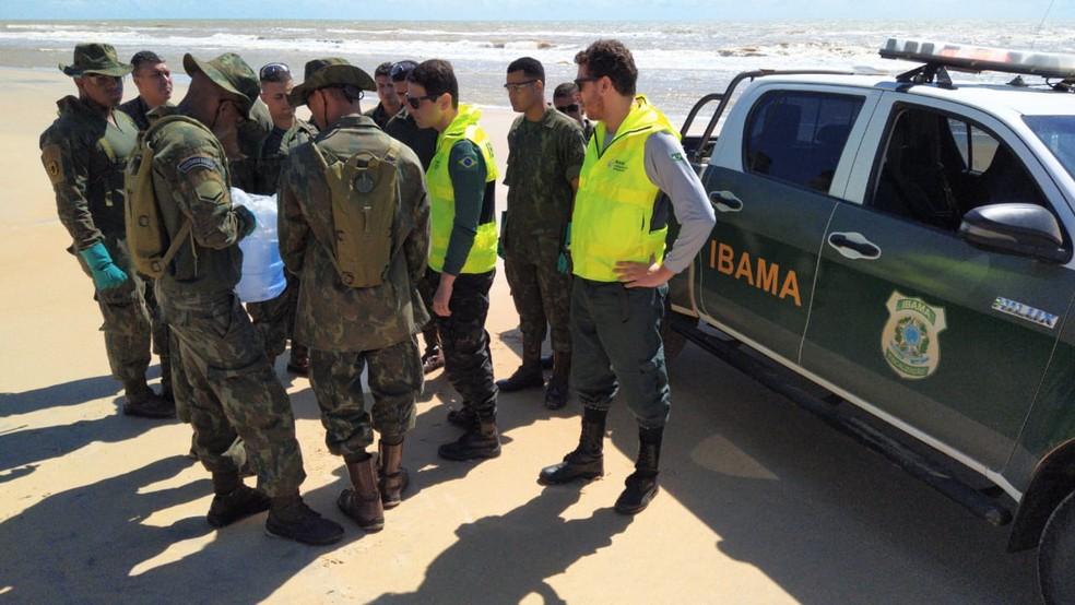 Marinha faz varredura em Guriri para monitorar fragmentos de óleo — Foto: Eduardo Dias/ TV Gazeta